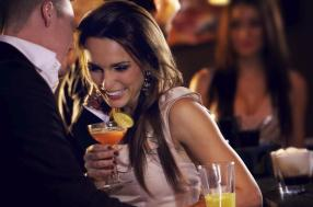 happy-couple-at-the-bar-enjoying-the-cocktail-party