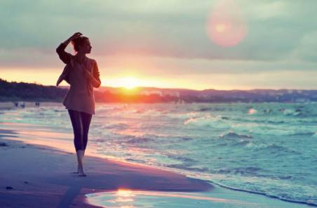 636176167381254976172764263_beautiful_girl_walking_on_the_beach_at_sunset