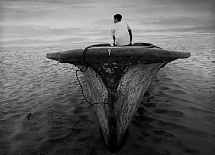 hombre,-barco-abandonado,-desierto-221056