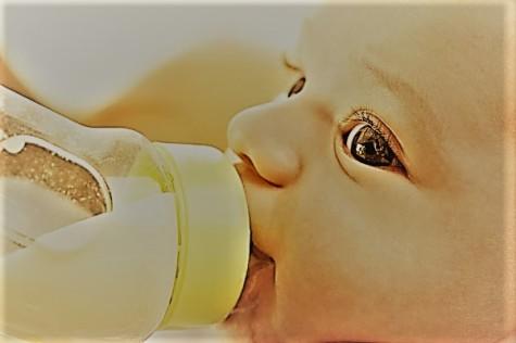 el-primer-biberon-del-bebe